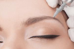 Dit is een afbeelding waarbij een wenkbrauw wordt voorzien van permanente make-up met een microblading handstuk