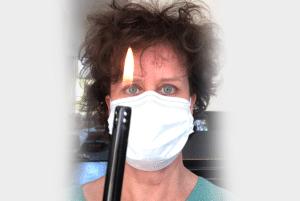 Dit is een afbeelding van Janny Hanegraaf, eigenaar van Permanent Mooi, met een aansteker in de hand die aan staat