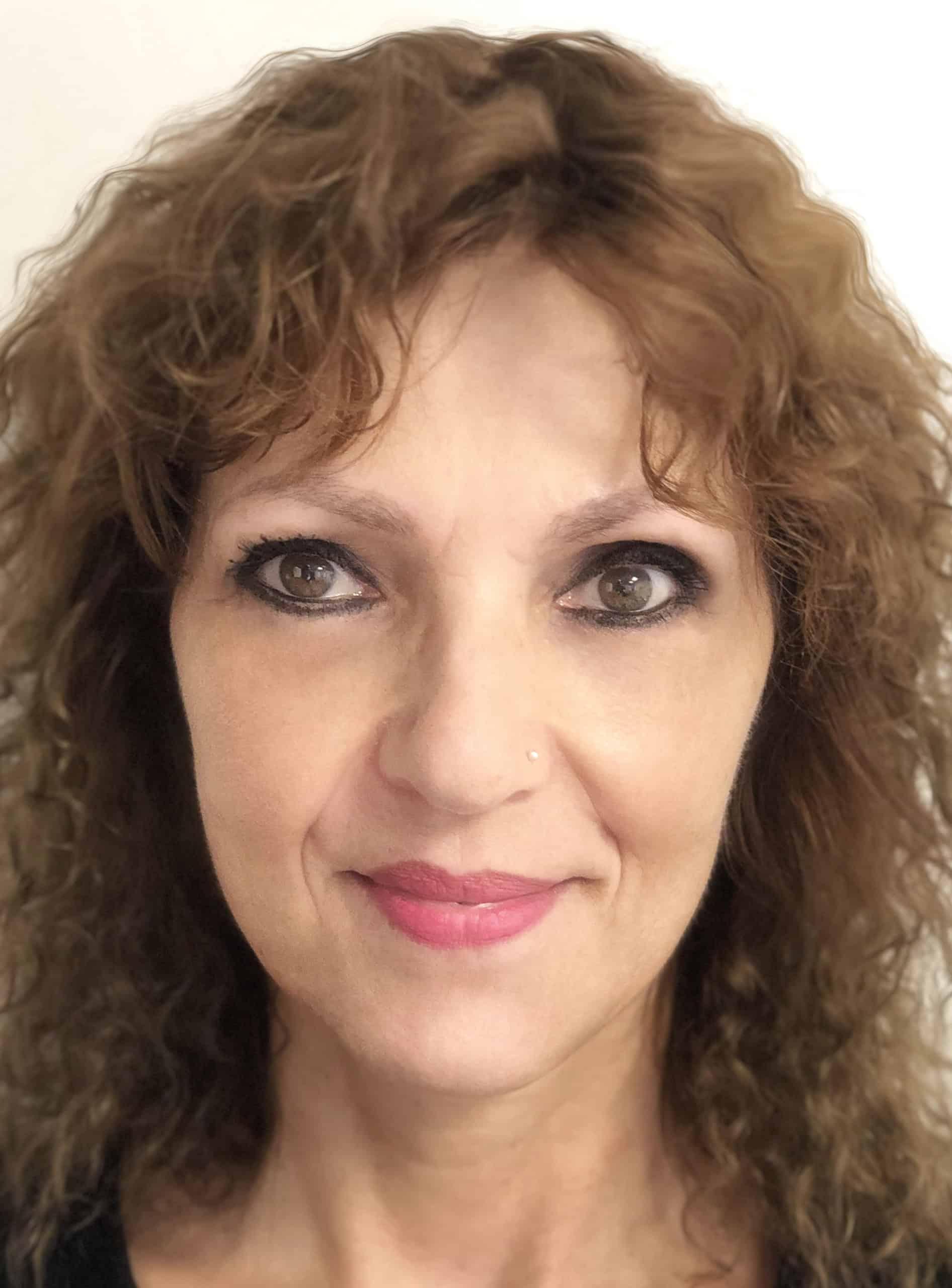 Dit is een foto frontaal van een vrouw naam Iris. Ze is trots op haar net gezette permanente make-up door Permanent Mooi Janny Hanegraaf