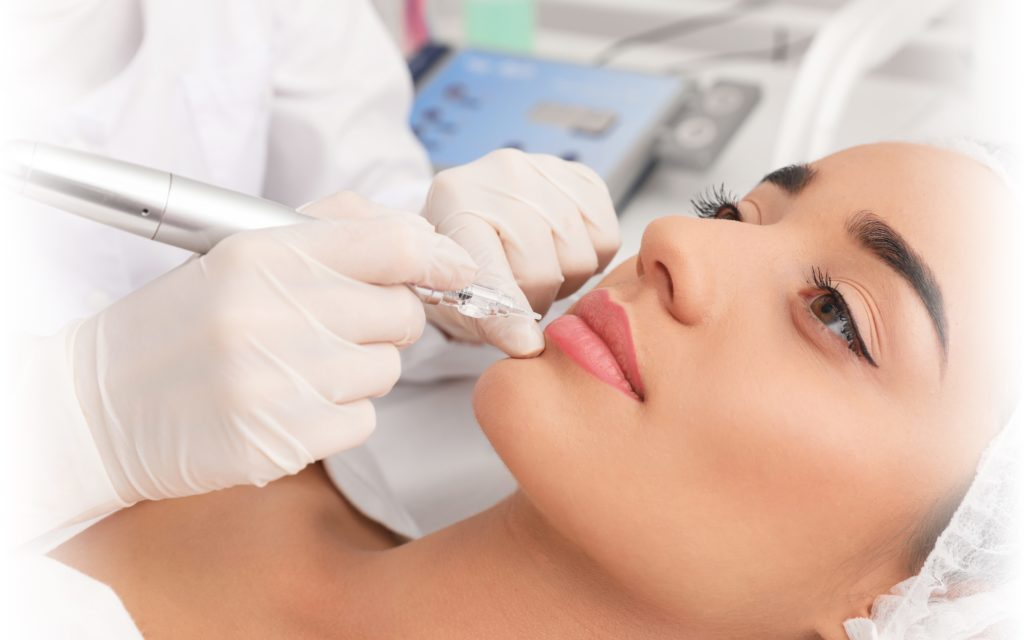 Beeld van permanente make-up aanbrengen bij vrouw op lippen, door eigenaar van Permanent Mooi, Janny Hanegraaf