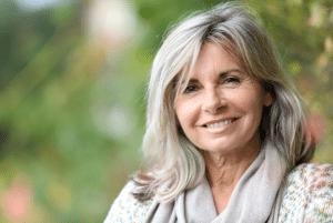 Afbeelding van vrouw met lang grijs haar, erg tevreden over haar permanente make-up door Janny Hanegraaf van Permanent Mooi