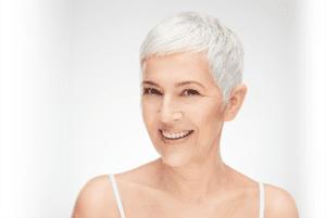 Blije vrouw afbeelding, grijs haar en heeft ervaringen PMU
